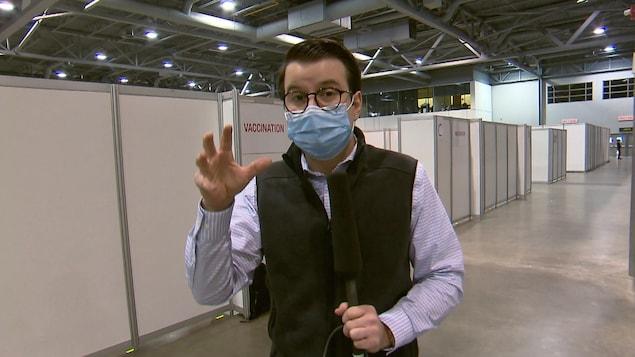 Pierre-Alexandre Bolduc portant un masque dans les couloirs du mégacentre de vaccination.