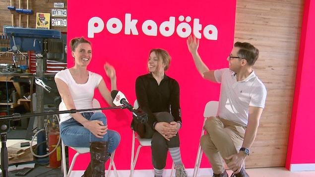 Deux femmes et un homme sourient devant le logo de Pokadota.