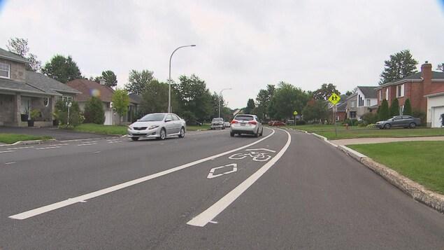 Rue avec auto et piste cyclable