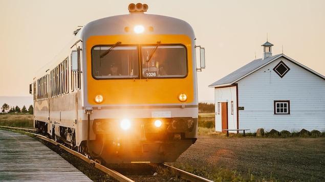 Le train de Charlevoix sur un rail.