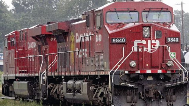 Une locomotive rouge inscrit CP en blanc.