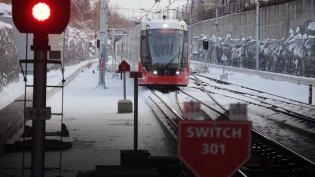 Le train léger dans la neige.