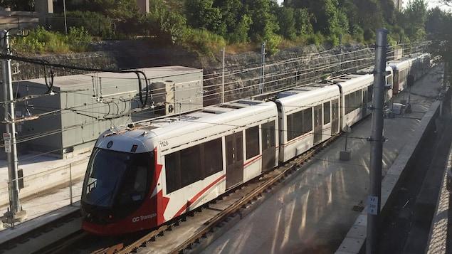 Le train léger circule entre deux stations.