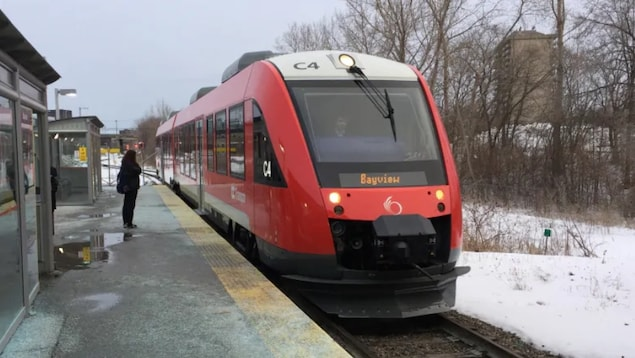 Un train léger d'Ottawa à la station Bayview en hiver.