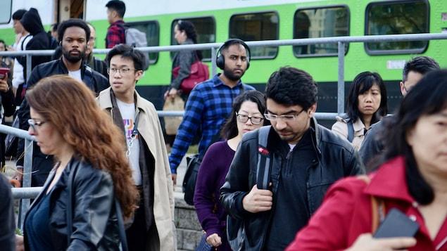 Des passagers viennent de sortir du train de banlieue dans la région de Toronto.