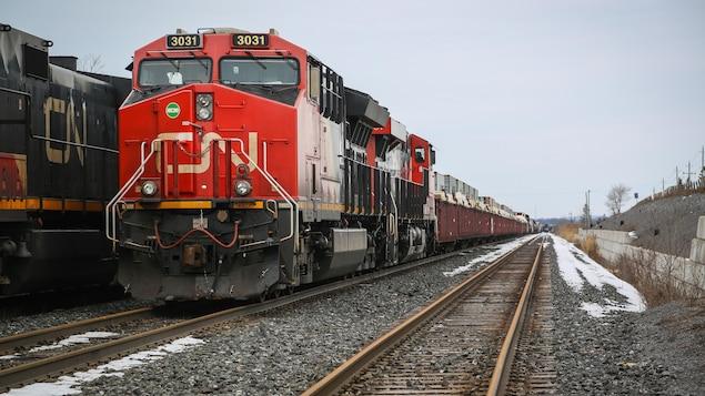 Des trains arrêtés sur des rails.