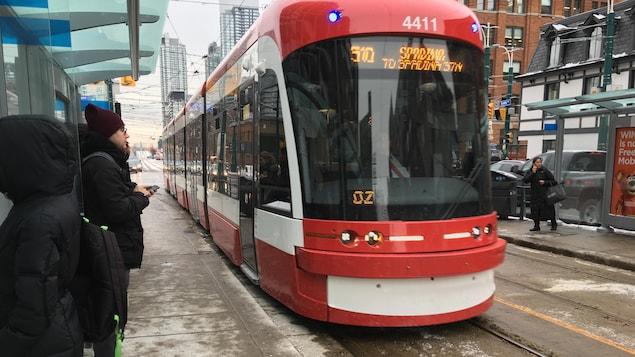 Photo d'un tramway à un arrêt à Toronto