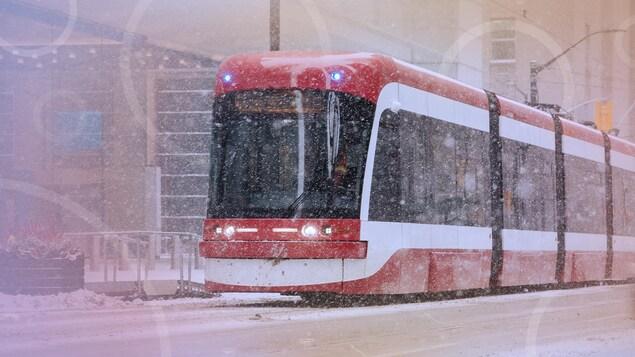 Un tramway de Toronto lors d'une bordée de neige