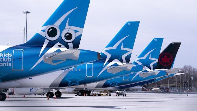Des avions d'Air Transat sont garés sur le tarmac.