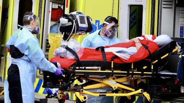 Des ambulanciers d'Urgence santé transfèrent un résident d'un CHSLD.