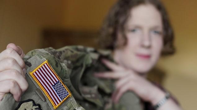 La capitaine transgenre Jennifer Sims, de l'armée américaine, pose avec son uniforme.