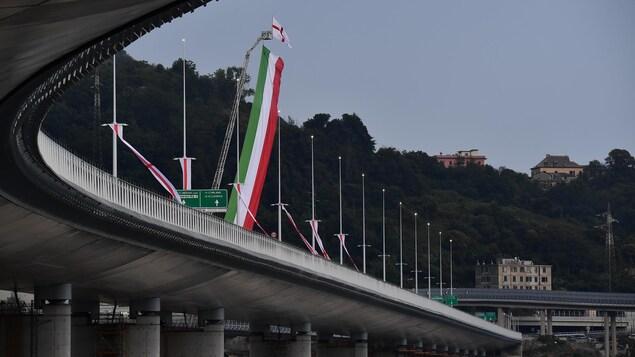 Vue du pont avec le drapeau italien suspendu à une grue.