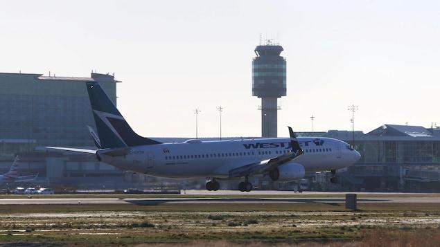 Un avion de WestJet atterrit à l'aéroport de Vancouver.