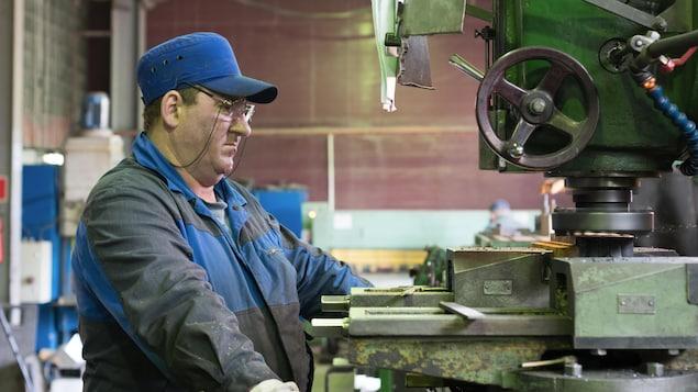 Un ouvrier dans une usine
