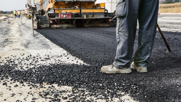 Des travaux d'asphaltage sur une route.