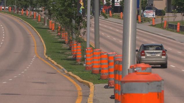 Des cônes orange sur le boulevard Talbot à Chicoutimi.