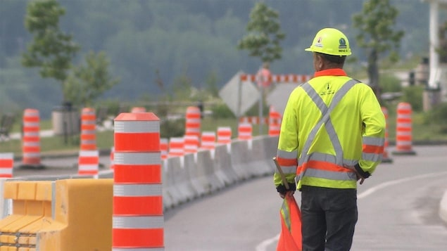 Des travaux routiers et un employé.