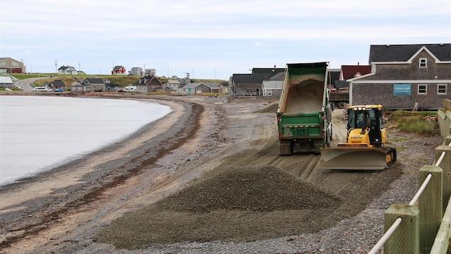 Du gravier déchargé sur la plage du site historique de La Grave et de la machinerie.