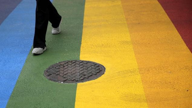 Une traverse piétonnière aux couleurs du drapeau arc-en-ciel.