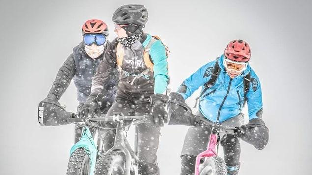 Trois cyclistes bravent le froid.