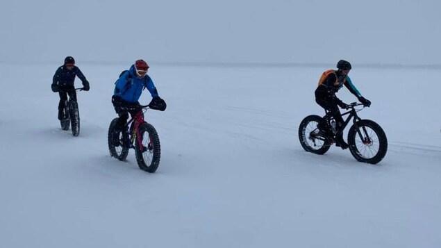 Des cyclistes bravent le froid sur le lac.