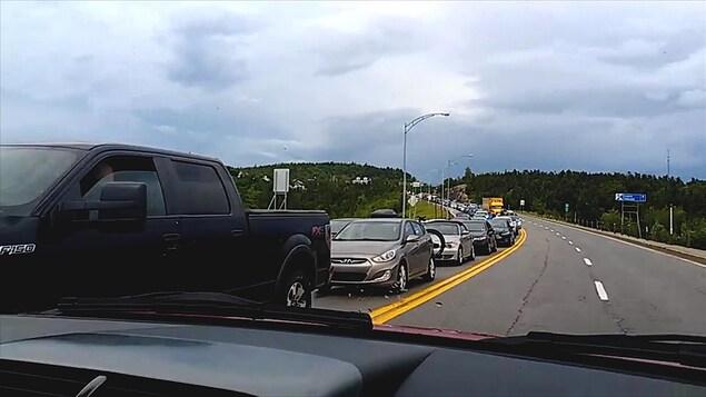 Une file de véhicules qui attendent le traversier à Tadoussac