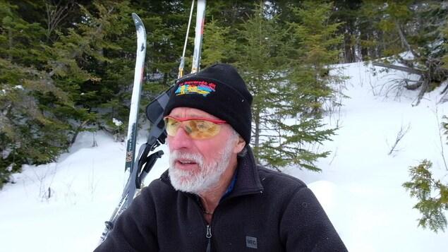 Un skieur accorde une entrevue à la caméra.