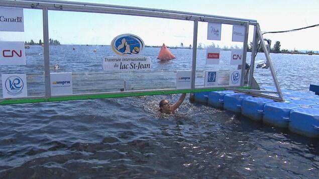 Une nageuse termine la course.