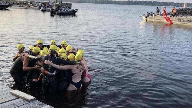 Des nageurs dans l'eau.