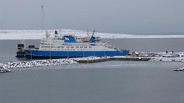 Un bateau amarré au port de mer