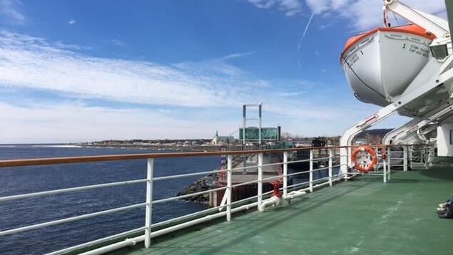 Vue du pont du navire CTMA Vacancier sur le fleuve Saint-Laurent