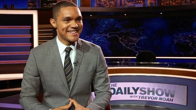 L'homme sourit et est dans les studios de son émission « The Daily Show ».