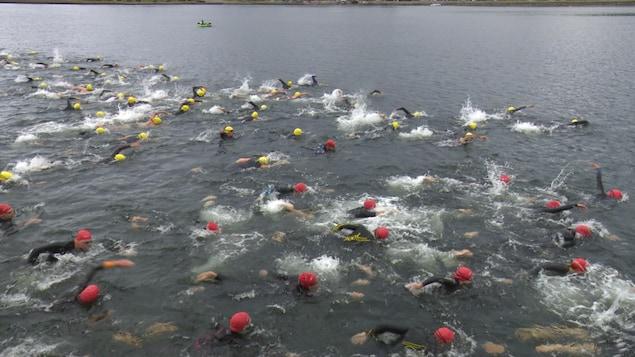 Des nageurs au Triathlon de Gaspé