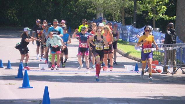 Des personnes courent lors d'une compétition.