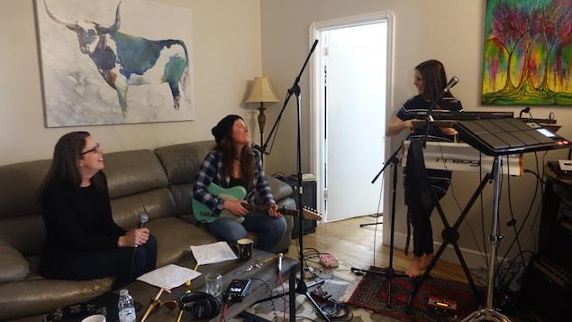 Guylaine Tousignant, Tricia Foster et Cindy Doire dans un salon.