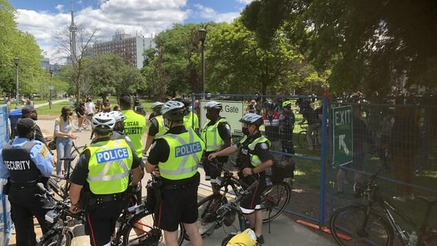 Des policiers bloquent l'entrée du parc.