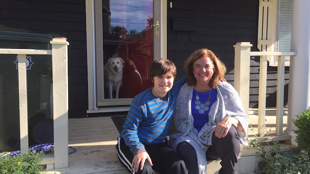 Les sinistrés Trish O'Neill et son fils, Aidan Munroe, célèbrent l'Action de grâces dans leur nouvelle maison, après avoir passé plusieurs mois dans des logements temporaires.