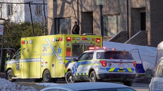 Des véhicules des services d'urgence sont stationnés devant une résidence.