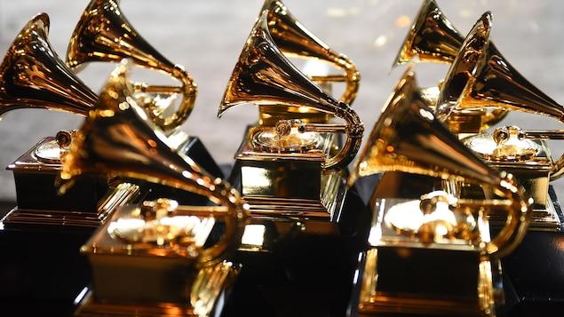 Huit trophées ayant la forme d'un grammophone sont placés sur une table.