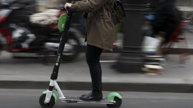 Une trottinette électrique de l'entreprise Lime dans les rues de Paris.