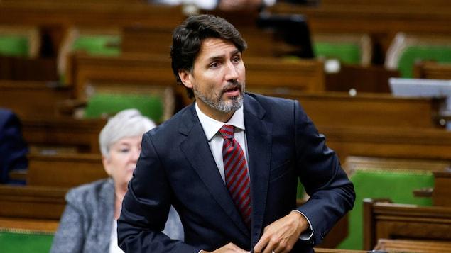M. Trudeau se levant aux Communes.