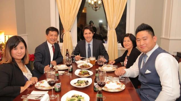 Justin Trudeau lors d'un souper à Toronto avec Benson Wong (g) président d'une chambre de commerce sino-canadienne.