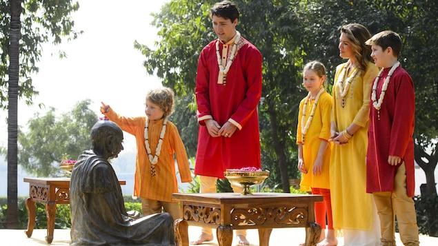 Le premier ministre Trudeau, accompagné de son épouse Sophie Grégoire et de ses enfants Hadrien, Grace et Xavier, visite l'ashram où a vécu de Gandhi.