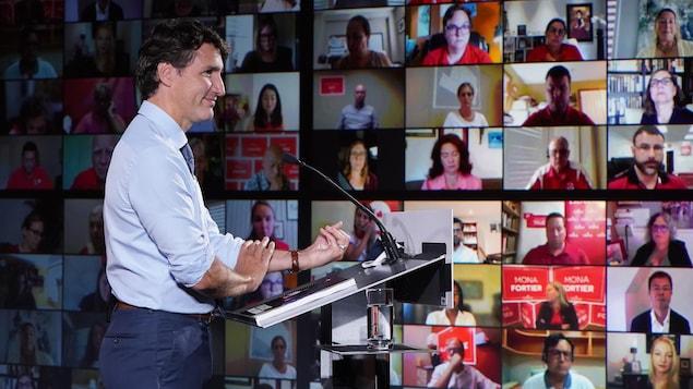 Justin Trudeau prenant la parole devant plusieurs personnes sur des écrans en vidéoconférence.
