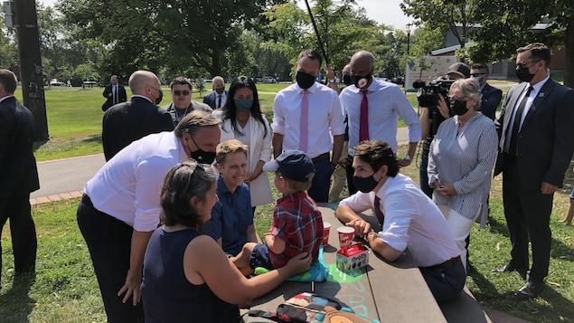 Trudeau et Legault dans un parc avec des enfants pour une annonce.