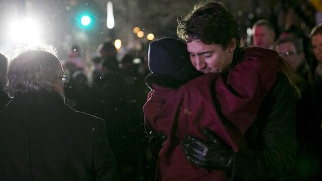 Le premier ministre du Canada, Justin Trudeau, serre la chef du Parti vert du Canada, Elizabeth May, dans ses bras.