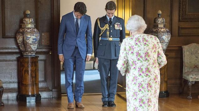 Le premier ministre Trudeau s'incline devant la reine Élisabeth II à sa résidence officielle d'Édimbourg.