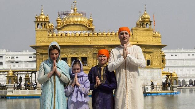 Justin Trudeau et sa famille posent en costume traditionnel sikh.