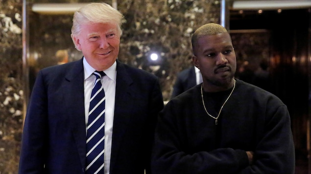 Kanye West et Donald Trump prennent la pose dans le hall de la Trump Tower de New York.