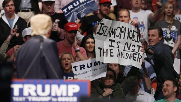 « L'islamophobie n'est PAS la réponse », dit cette affiche brandie lors d'un rassemblement de Donald Trump, pendant la campagne présidentielle de 2016.